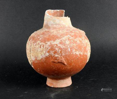 Important vase orné d'une frise d'animaux et de végétaux en relief Terre cuite rouge 12 cm manq