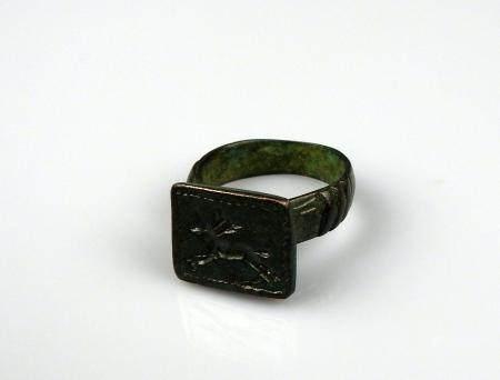 Bague comportant un décor de cerf en creux Bronze Diamètre interne 1,9 cm Période romaine