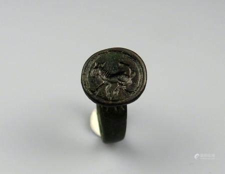 Bague sceau comportant un décor de cheval en creux Bronze Diamètre interne 2 cm Période romaine