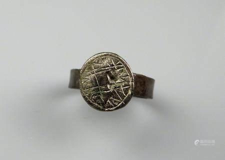 Bague à décor géométrique et centre en forme de croix Bronze Diamètre interne 2,1 cm Période ro