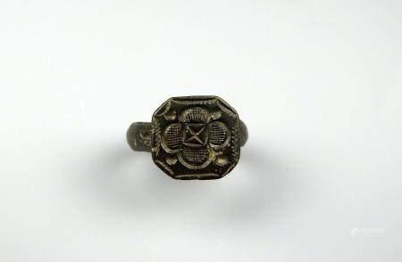 Bague sceau massive à décor cruciforme dans une flette Bronze Diamètre interne 1,9 cm Moyen