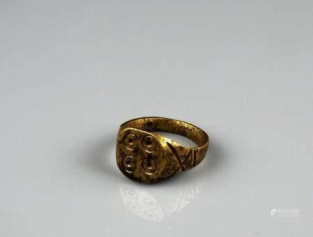 Bague à décor de 4 ocelles Bronze Diamètre interne 1,9 cm Période romaine