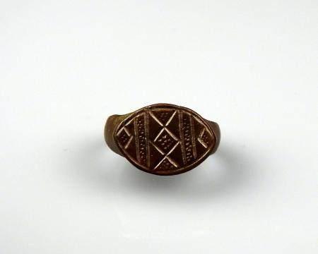 Bague à décor géométrique à décor de losange central Bronze Diamètre interne 2 cm Période romai