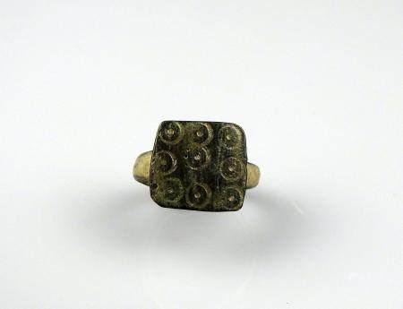 Bague à décor de 9 ocelles Bronze Diamètre interne 1,6 cm Période romaine