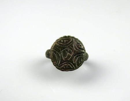 Bague à décor cruciforme Bronze argenté Diamètre interne 2,1 cm Période romaine