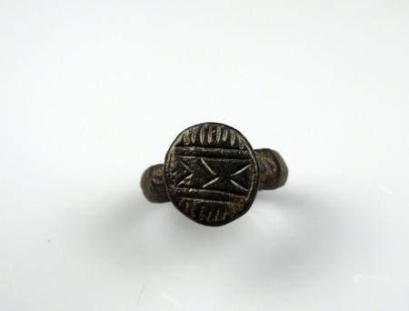Bague à chaton rond à décor géométrique Bronze Diamètre interne 1,9 cm Période romaine