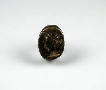 Bague massive dont le chaton est orné d'un profil de femme au chignon Bronze Diamètre interne 2