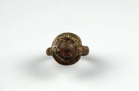 Bague à chaton circulaire orné d'une pierre rouge (ou verrre) Bronze Diamètre interne 1,7 cm Pé