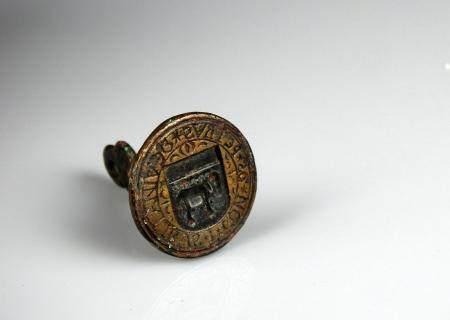 Sceau gothique en laiton et prise en pinacle à décor d'un chien et de la légende DEVINALIBUS I