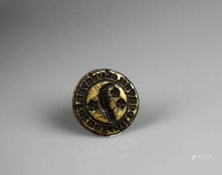 Sceau gothique en laiton et prise en pinacle à décor d'une serpe accostée de trois flettes 2