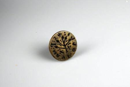 Sceau gothique en laiton et prise en pinacle à décor d'un arbre et de deux fls de lys 2,3 cm