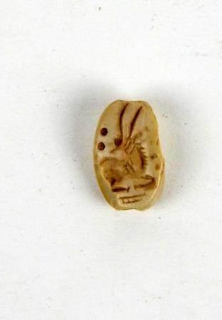 Jolie perle ornée d'un animal à longues cornes en creux Pierre 1,3 cm accidents Période antique