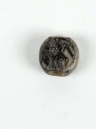 Perle dont le décor en creux représente un animal mythologique Pierre polie 1,3 cm Période anti