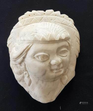 Important fragment de marbre représentant une femme portant des boucles d'oreilles 21 cm Style