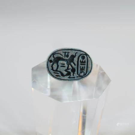 EGYPTE. SCARABEE INSCRIT.  Faïence bleue ou autre. L. env. 22.40 mm. Sous la base cartouche d'u