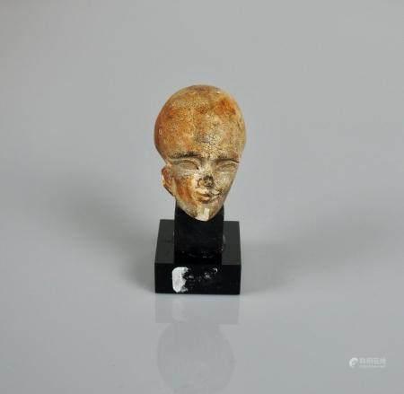 Tête au crâne rasé de type amarnien.Calcaire patiné.en l'état.H :4cm.                Prov :anci