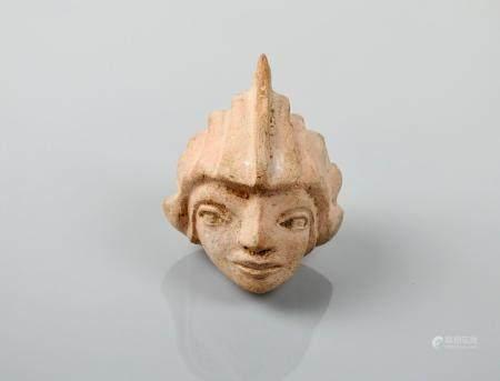 Représentartion d'une tête casquée de style étrusque.Probablement un cavalier marin,un triton d