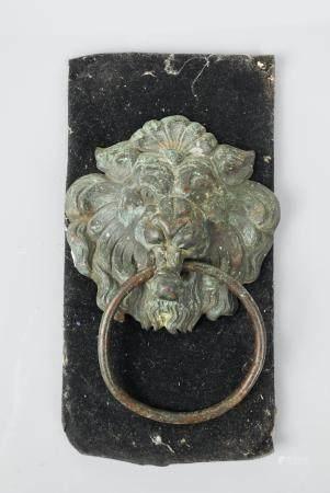 Poignée ornée d'une tête de lion.Bronze ou autre.Ornement classique à l'époque romaine.HTotale