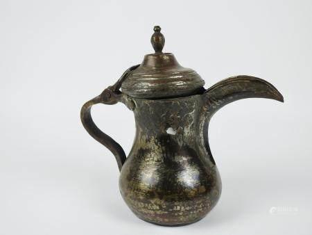 Rare théière de nomade en cuivre étamé.Etat d'usage. Circa XV-XIXès.Sahara ou arabie