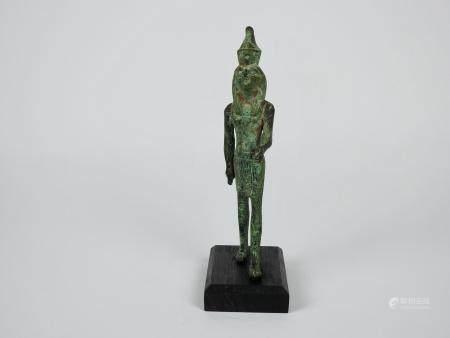 Dieu Horus faucon marchant sous forme humaine coiffé des deux couronnes. Bronze ou alliage.En l