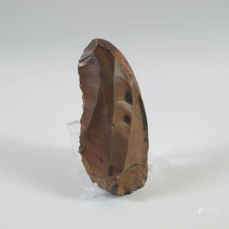 EGYPTE. PREHISTOIRE. COUTEAU-RACLOIR PLANO-CONVEXE PREDYNASTIQUE.  Silex à patine brune. L 10.5