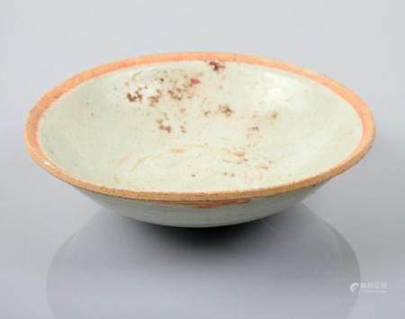 Coupe.Céramique à glaçure qinbaï.Epoque Song. X-XIIIès.Chine.D :env14,5cm. Concrétions dans la