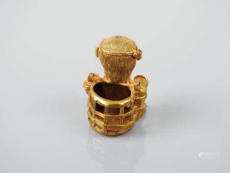 Rare chamane assis nu une hotte dans le dos.La hotte était un objet caractéristique de la cultu