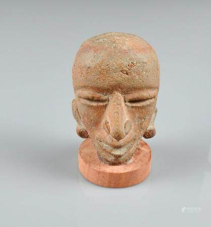 Tête de prêtre au crâne  rasé.Terre cuite . Teotihuacan.Ier millénaire. H :6cm.