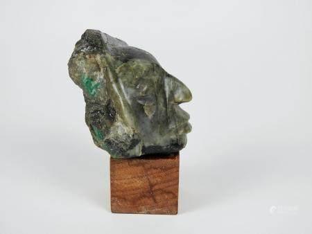 Tête d'indien.Racine d'émeraude.H :9cm.Matrice contenant de la biotite où l'on discerne deux cr