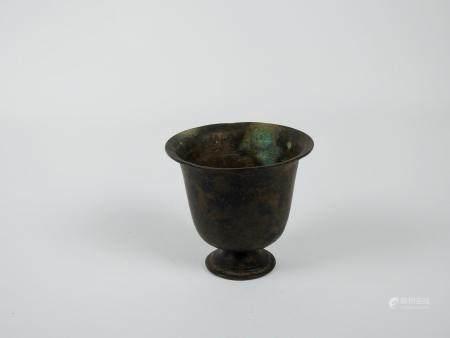Gobelet en bronze.Epoque romaine ou postéri. Premiers s ap J.C.H : 8cm.