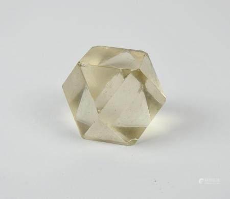 Dodécaèdre de cristal. Objet de Lettré.Symbole du Savoir.Eclats. L :env 6,5cm.