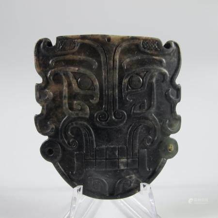 CHINE. AMULETTE AU MASQUE DE TAOTIE. Jade néphrite ou autre. L. 7 cm. Chine.