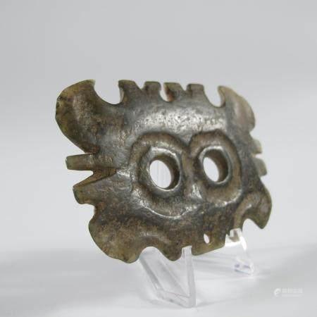 CHINE. PENDENTIF AU MASQUE DENTE. Jade néphrite. L 7.8 cm. Chine. Style de la culture néolithiq