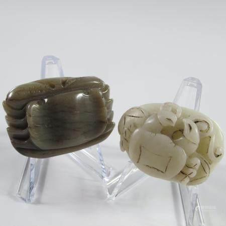 CHINE. DEUX CRABES DE JADE. Jade néphrite. L. env. 45 mm. Selon les légendes anciennes, le crab