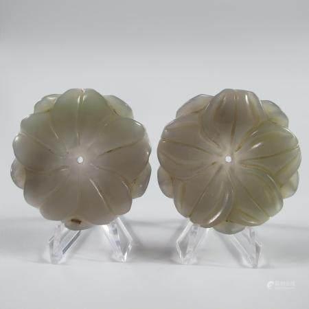 CHINE.  DEUX FLS DE JADE A DIX PETALES, PARURES DE VETEMENT. Jade néphrite. L 5 cm. Chine. S