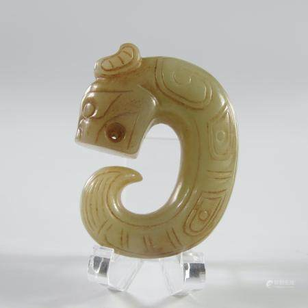 CHINE. PENDENTIF AU DRAGON LOVE. Jade néphrite céladon. L env. 5 cm. Motifs géométriques fineme