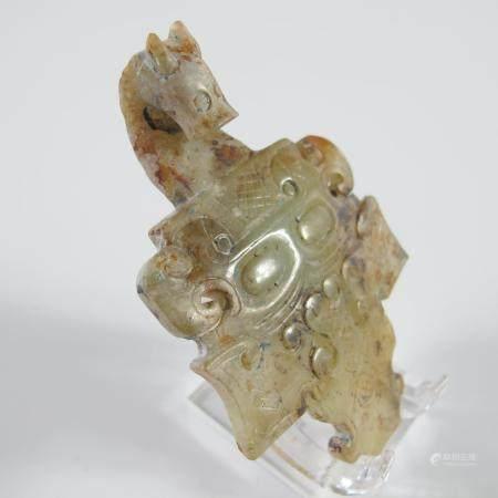 CHINE. FIBULE AU MASQUE A TETE DE DRAGON. Jade céladon ajouré, patine antique. L 76 mm.   Fines