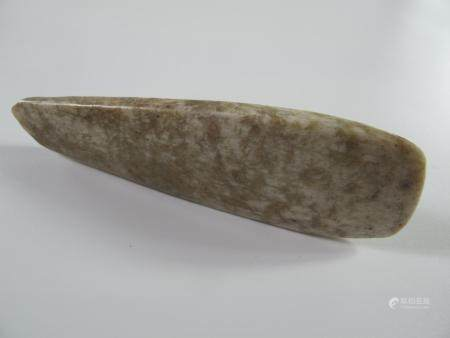 CHINE. FINE HACHE POLIE VOTIVE EN JADE.  Jade néphrite beige. L env. 11 cm. Manque ancien. Chin