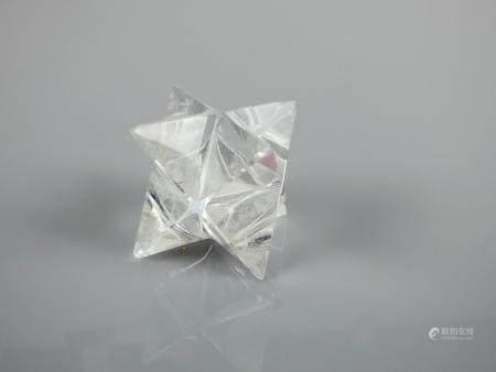 Solide cristallin à étoiles trièdres à l'instar d'in cristal complexe de tétraédrite. En l'état