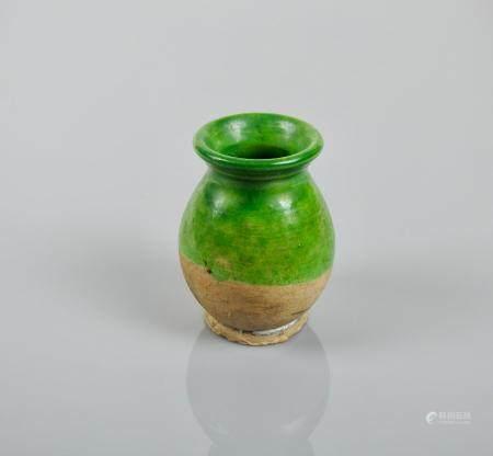 Encrier.Terre cuite à glaçure verte.Restes de traces    d'encre et concrétions calcaires.H :7cm
