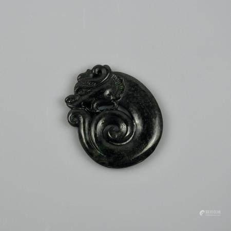 Amulette dragon orné. Jade ou autre.L :5cm