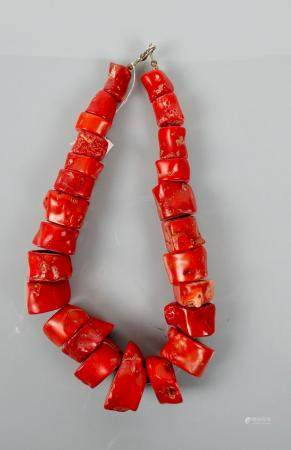 Collier à l'instar du corail  rouge .La coul rouge est réputée protectrice et vivifiante,gor
