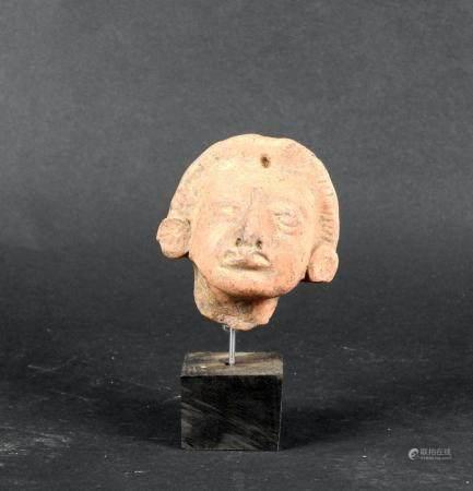 Tête de dignitaire aux boucles d'oreilles rondes Terre cuite 6 cm Amérique Précolombienne