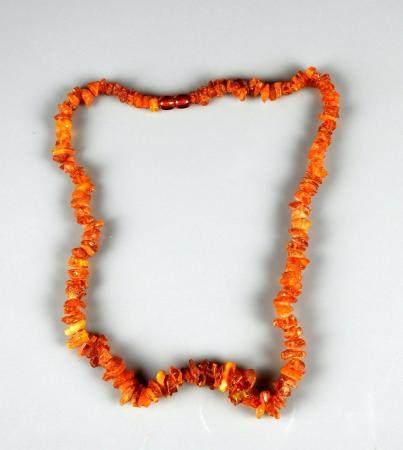 Collier composé de perles en ambre fossilisé 46 cm
