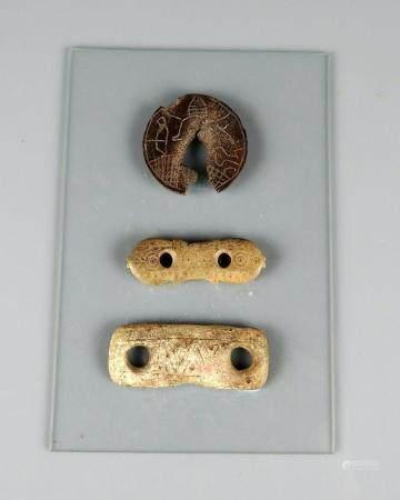 3 éléments divers à décor montés sur une plaque 4 à 5 cm Probablement Période viking VIII-Xème