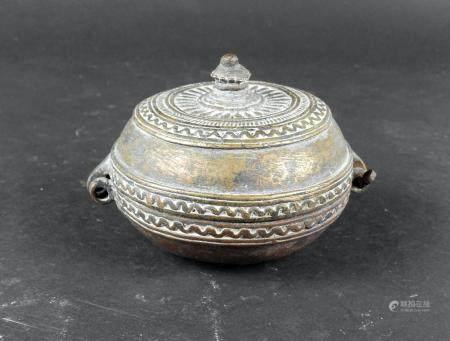 Boite en métal orné d'un décor géométrique 10 cm Période islamique XIXème siècle