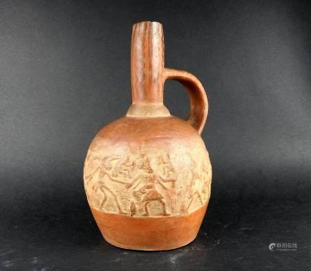 Vase bouteille orné d'une frise de personnages, cérémonie de sacrifice Terre cuite rouge 20 cm