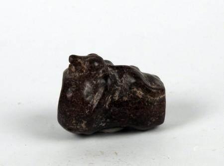 Vase anthropomorphe, un lézard sur la panse Pierre 5,1 cm Amérique Précolombienne