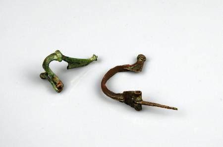 Ensemble de deux fibules, une à charnière et l'autre à ressort Bronze 3,5 à 4,5 cm Période roma