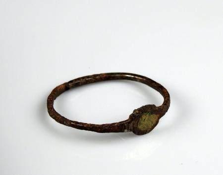 Petit bracelet à motif central géométrique Bronze 3,8 cm Période romaine